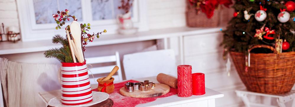 mesa com enfeites de natal e arvore ao fundo